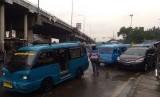 Keberadaan angkot dibawah Flyover Cileungsi, Kabupaten Bogor membuat macet dan semrawut lalu lintas didaerah tersebut. Angkot-angkot ini berhenti di berbagai tempat, mulai dari sisi jalan hingga tengah jalan.