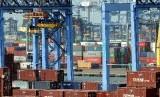 Kegiatan bongkar muat peti kemas di Jakarta International Container Terminal (JICT) Pelabuhan Tanjung Priok, Jakarta.