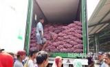 Kegiatan operasi pasar bawang putih di Pasar Induk Osowinangun Surabaya, Jumat (19/5). Dalam operasi tersebut, bawang putih dijual seharga Rp 10 ribu - Rp 23 ribu per kilogram.