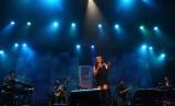 Trie Utami di atas panggung.