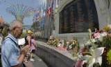Keluarga dan kerabat korban bom Bali berdoa saat peringatan 16 tahun tragedi bom Bali di Monumen Bom Bali, Legian, Kuta, Bali, Jumat (12/10).