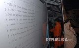 Keluarga korban kapal motor Arista yang tenggelam mencari info di Rumah Sakit Jala Ammari, Makassar, Sulawesi Selatan, Rabu (13/6).