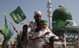 Keluarga Pakistan merayakan Maulid Nabi di Karachi, Jumat (1/11)