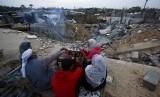 PBB Cemaskan Kondisi Hidup Masyarakat Palestina. Kelurga Hamouda Abu Amra berkumpul mengelilingi api unggun untuk mengusir dingin tidak jauh dari kediaman mereka yang  di Khan Younis, selatan Jalur Gaza. Bangunan 5 lantai yang dihuni 19 jiwa itu hancur dibombardir serangan udara Israel November tahun lalu.