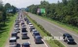 Kemacetan di Tol Pasteur, Kota Bandung, Jumat (8/7). (Republika/Zuli Istiqomah)