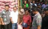 Kementerian Perdagangan bersama importir PT Mahkota Abadi Prima Jaya menggelar operasi pasar bawang putih untuk para pedagang kecil di Pasar Induk Kramat Jati, Jakarta Timur. Bawang putih impor tersebut dijual seharga Rp 25 per kilogram dan dapat dijual kembali oleh pedagang dengan maksimal harga Rp 30-32 ribu per kilogram.