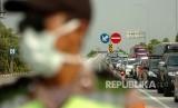 Kendaraan antre keluar jalur Pantura di pintu keluar tol Brebes Barat, Jawa Tengah, Jumat (7/6/2019).