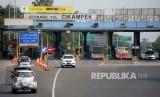 Kendaraan melintas saat keluar gerbang tol Cikampek, Purwakarta, Jawa Barat, Ahad (11/6).
