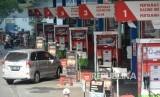 Kendaraan mengisi bahan bakar minyak di SPBU, Jakarta.