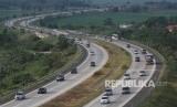 Kendaraan pemudik arus balik melewati jalur satu arah yang diberlakukan di Jalur Tol Cipali, Cirebon, Jawa Barat, Selasa (19/6).