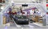 Kendaraan Tesla berjajar di perakitan dalam gigafactory Tesla di Shanghai, China, Selasa (7/1).
