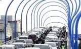 Kepadatan kendaraan terjadi di jembatan layang Antapani saat geladi bersih peresmian jembatan layang Antapani, Kota Bandung, Senin (23/1). Geladi bersih dilakukan sebagai persiapan