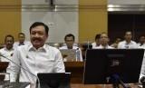 Kepala Badan Intelijen Negara (BIN) Jenderal Pol Budi Gunawan bersiap mengikuti rapat dengan Komisi I DPR di Kompleks Parlemen, Senayan, Jakarta, Rabu (19/10).