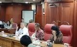 Kepala Badan Ketahanan Pangan Kementan Agung Hendriadi (tengah) memimpin rapat bersama bulog tentang serapan gabah petani