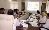 Kepala BPJS Kesehatan cabang Palembang Andi Ashar (kiri) pada rapat bersama Forum Komunikasi Pemangku Kepentingan Kabupaten Musi Banyuasin (Muba) yang dipimpin Sekretaris Daerah (Sekda) Muba Apriyadi membahas cakupan kepesertaan JKN-KIS pasca UHC (Universal Health Coverage).