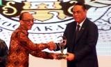 Kepala Dinas Komunikasi dan Informatika DIY Rony Primantohari yang mewakili Gubernur DIY menerima penghargaan E-Lapor yang diserahkan langsung oleh Menteri PAN RB Syafruddin.