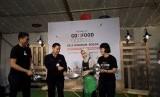 Kepala Ekspansi Komersial Gojek Catherine Hindra Sutjahyo (kanan) dan Kepala Dinas Koperasi dan UMKM Kota Bogor Anas S Rasmana (ke dua dari kiri) meluncurkan Go Food Festival di bekas Bale Binarum, Bogor pada Rabu (14/2).