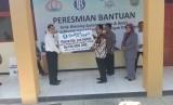 Kepala Kantor BI Perwakilan Tasikmalaya Heru Saptaji menyerahkan simbolis bantuan kepada Bupati Pangandaran Jeje Wiradinata di SMAN 1 Pangandaran, Rabu (14/3)
