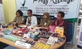 Kepala Loka POM Banyumas, Suliyanto, menjelaskan mengenai hasil operasi/razia kosmetik yang telah dilakukan pihaknya.