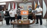 Kepala Pelaksana BPBD Jawa Barat Dani Ramdhan menyerahkan bantuan 16 ribu masker ke Wali Kota Sukabumi, Achmad Fahmi, di Balai Kota Sukabumi, Rabu (12/8).