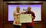 Kepala Perwakilan Taipei Economic and Trade Office di Indonesia John C. Chen mewakili pemerintah dan rakyat Taiwan menyerahkan bantuan sebesar 500 ribu dolar AS atau sekitar Rp 7 triliun kepada Palang Merah Indonesia (PMI) yang diterima  Plt Ketua Umum PMI, Prof. Ginandjar Kartasasmita, Selasa (22/1)