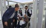 Kepala Pusat Kesehatan Haji Kementerian Kesehatan Republik Indonesia Dr dr Eka Jusuf Singka sedang membantu seoarang jamaah haji yang sakit