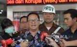 Kepala Pusat Penerangan Hukum (Kapuspenkum) Kejagung Hari Setiono (tengah) menjawab pertanyaan wartawan terkait kasus dugaan korupsi PT Asuransi Jiwasraya (Persero) di Gedung Tindak Pidana Khusus, Kejaksaan Agung RI, Jakarta, Jumat (17/1/2020).