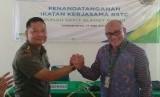 Kepala Rumah Sakit Slamet Riyadi Mayor ckm dr Ridwan Dwi Sapitro (kiri) berjabat tangan dengan Kepala Kantor BPJS Ketenagakerjaan Cabang Surakarta Suwilwan Rachmat usai penandatanganan Ikatan Kerja Sama (IKS) antara kedua lembaga di Solo, Jawa Tengah, Jumat (19/5). IKS tersebut menjadikan Rumah Sakit Slamet Riyadi sebagai Rumah Sakit Trauma Center (RSTC).