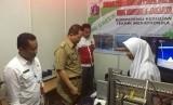 Kepala Sekolah SMK Negeri 4 Jakarta, Diding Wahyudin mendampingi Wakil Walikota Jakarta Utara, Ali Maulana Hakim, pada perhelatan open house SMK Negeri 4 Jakarta Utara.