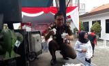 Kepala Seksi Pidana Umum (Kasi Pidum) Kejari Surabaya, Didik Adyotomo memusnahkan berbagai jenis barang bukti narkotika dan obat-obatan terlarang di Kantor BNNP Jatim, Kamis (13/12). Barang bukti yang dimusnahkan tersebut adalah yang sudah inkrah, atau memiliki kekuatan hukum tetap.
