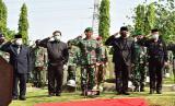 Kepala Staf Angkatan Darat (KSAD) Jenderal Andika perkasa didampingi empat eks KSAD saat pemakaman Jenderal (Purn) Pramono Edhie Wibowo di TMP Kalibata.