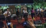 """Kepala Staf Kepresidenan Tenen Masduki (tengah) bersama Menkeu Sri Mulyani (dua kiri) Menlu Retno Marsudi (tiga kanan) Menhub Budi Karya (kiri) Menaker Hanif Dhakiri (kanan) bernyanyi saat resepsi pernikahan putri Mensesneg Pratikno di Jogja Expo Centre, DI Yogyakarta, Sabtu (30/12). Band Menteri Kabinet Kerja dengan nama """"Elek Yo Ben"""" tampil perdana memeriahkan resepsi pernikahan putri Mensesneg Pratikno."""