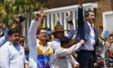 Kepala staf pemimpin oposisi Venezuela Juan Guaido, pengacara Roberto Marrero (paling kiri) saat kampanye bersama Guaido, 16 Maret 2019. Intelijen Venezuela disebut menculik Marrero.