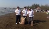 Kepala UPP Indramayu, Kant Dicky (tengah) terjun langsung dalam kegiatan bersih laut dan pantai di Karangsong, Indramayu.