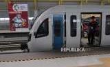 Kereta Api Ringan atau Light Rapid Transit (LRT) bersiap berangkat dari Depo Jakabaring Palembang, Sumatera Selatan, Selasa (28/8).