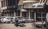Kerusakan di depan Hotel Splendid di Ougadougou, Burkina Faso, setelah redanya serangan yang diduga dilakukan Alqaidah, Sabtu waktu setempat (16/1).