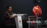 Ketua Dewan Komisioner OJK Muliaman D.Hadad memberikan sambutan dalam acara diskusi panel dan peresmian pembentukan Forum Pakar Fintech di Bursa Efek Indonesia, Jakarta, Jumat (16/6).