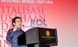 Ketua Dewan Komisioner OJK Muliaman D. Hadad saat pembukaan Seminar Nasional Revitalisasi Modal Ventura, Jakarta, Senin (27/4)(Republika/ Yasin Habibi)