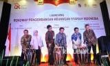Ketua Dewan Komisioner Otoritas Jasa Keuangan (OJK) Muliaman D Hadad (ketiga kanan) bersama Kepala Eksekutif Pengawas Industri Keuangan Non Bank OJK Firdaus Djaelani (kedua kanan), serta Kepala Eksekutif pengawas Pasar Modal OJK Nurhaida (kedua kiri) memukul gendang saat peluncuran Roadmap pengembangan keuangan syariah di Jakarta, Selasa (13/6).