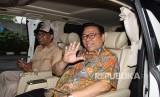 Ketua Dewan Pakar DPP Partai Golkar Agung Laksono (kanan) berada dalam mobil usai menjalani pemeriksaan di Gedung KPK, Jakarta, Kamis (18/1).