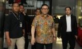 Ketua Dewan Pakar DPP Partai Golkar Agung Laksono (tengah) keluar gedung KPK usai menjalani pemeriksaan, Jakarta, Kamis (18/1).