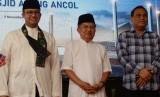 Ketua DMI HM Jusuf Kalla meresmikan peletakan batu pertama pembangunan Masjid Terapung di kawasan wisata Ancol, Sabtu (9/11).