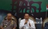 Ketua DPR Bambang Soesatyo (kanan) menyampaikan keterangan disaksikan Kadiv Humas Polri Irjen Setyo Wasisto (kiri) terkait penembakan ruangan anggota DPR di Kompleks Parlemen, Senayan, Jakarta, Senin (15/10).