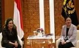 Ketua DPR Puan Maharani (kanan) melakukan pertemuan dengan Menteri Keuangan Sri Mulyani Indrawati, di Kompleks Parlemen, Senayan, Jakarta, Kamis (30/1/2020).