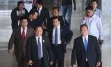 Ketua DPR Setya Novanto (tengah) berjalan bersama Wakil Ketua Fahri Hamzah (kiri) untuk menghadiri Sidang Paripurna DPR di Kompleks Parlemen, Senayan, Jakarta, Rabu (15/11).