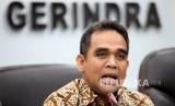 Ketua Fraksi Partai Gerindra Ahmad Muzani (tengah) saat memberikan keterangan pers di Ruang Rapat Fraksi Gerindra, Kompleks Parlemen, Jakarta, Kamis (19/5