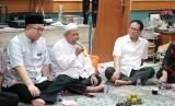 Ketua ICMI Orwil Bogor yang juga Rektor IPB, Arif Satria; penceramah, Adian Husaini; dan tuan rumah, Rokhmin Dahuri (dari kiri ke kanan).