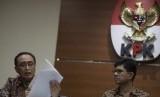 Ketua Kamar Pengawasan Mahkamah Agung (MA) Sunarto (kiri) menunjukkan surat pemberhentian tersangka sebagai hakim disaksikan Wakil Ketua KPK Laode Muhammad Syarief saat memberi keterangan kepada wartawan mengenai operasi tangkap tangan KPK di gedung KPK, Jakarta, Sabtu (7/10). KPK melakukan OTT terhadap Ketua Pengadilan Tinggi Manado SDW dan Anggota DPR Komisi XI dari Fraksi Golkar AAM serta tiga orang lainnya atas kasus dugaan suap hakim untuk untuk mengamankan putusan banding vonis Marlina Moha yang merupakan ibu dari AAM.