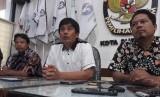 Ketua Komisi Pemilihan Umum (KPU) Kota Surabaya Nur Syamsi (tengah)
