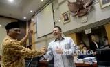 Ketua KPK Agus Raharjo bersalaman dengan Ketua Komisi III Bambang Soesatyo ketika mengikuti rapat dengar pendapat dengan Komisi III DPR di Kompleks Parlemen, Senayan, Jakarta, Selasa (26/9).